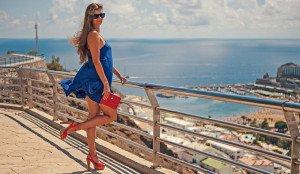 461 - Femme de bleu vêtue